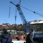 Krana på kaia i Barentsburg - og et par turister