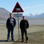 Lars og Jann ved isbjørnskiltet i Adventdalen